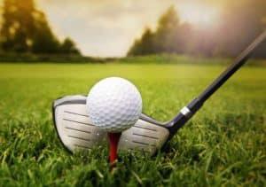 gros plan sur balle de golf avant drive