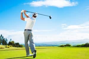 joueur de golf en plein pivot de swing